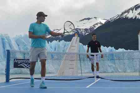 世界的テニスプレイヤーがアルゼンチンの氷河でテニス、観光PRで