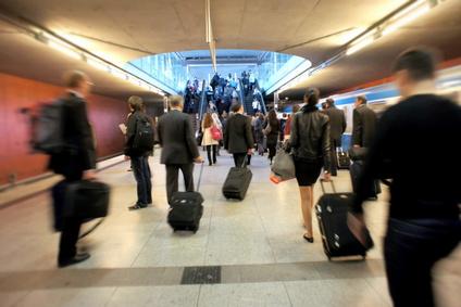 出張時の航空ビジネス座席利用、役員クラス32%、部長クラス4.6% -産労総合研究所