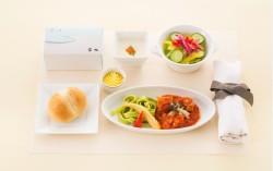 JAL、国内線ファーストクラスで食事時間帯を変更、「昼食」と「茶菓」を新設定
