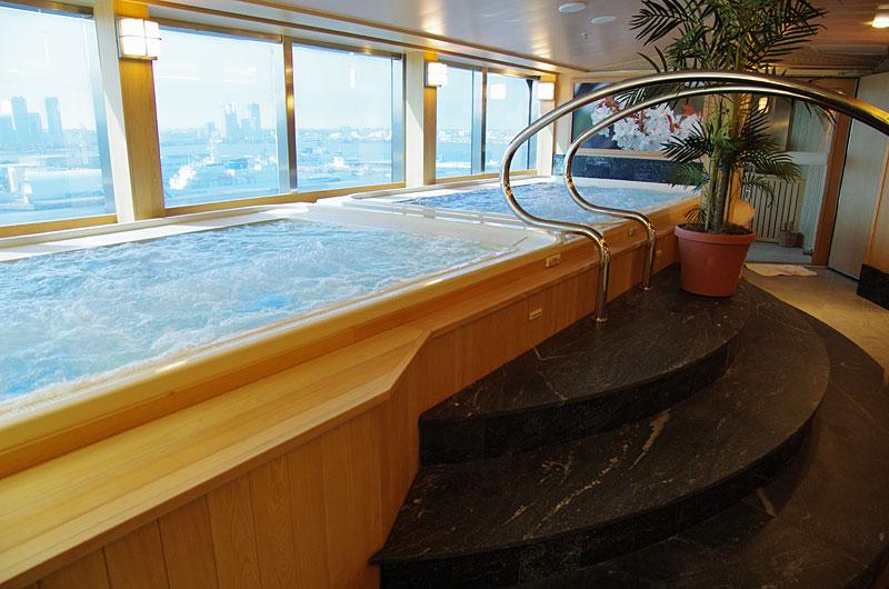 大浴場「泉の湯」。大海原を眺めながらの入浴が楽しめる