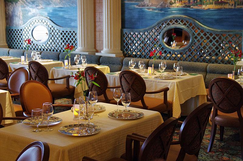 イタリアン・レストラン「サバティーニ」。このインテリアだけでも楽しそうな気分になれる