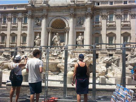 伊・ローマ、トレヴィの泉に補修工事で防護柵設置、見学は可能