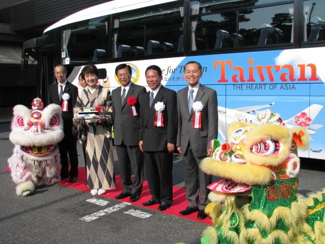 日本/台湾の交流人口が4年間で訪日2.3倍・訪台1.4倍に、小林幸子さんラッピングバスでさらに拡大へ