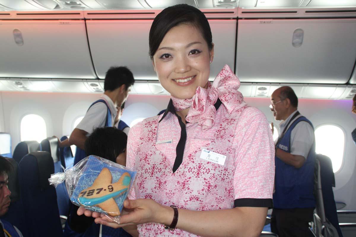 機内では搭乗者全員に特製の「787-9クッキー」がCAから配られた