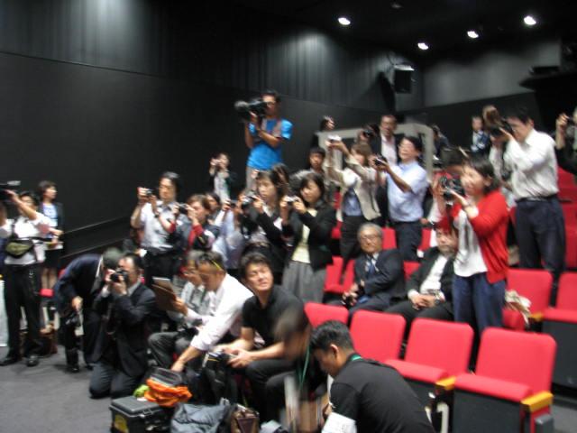 記者会見に集まった国内外のメディア