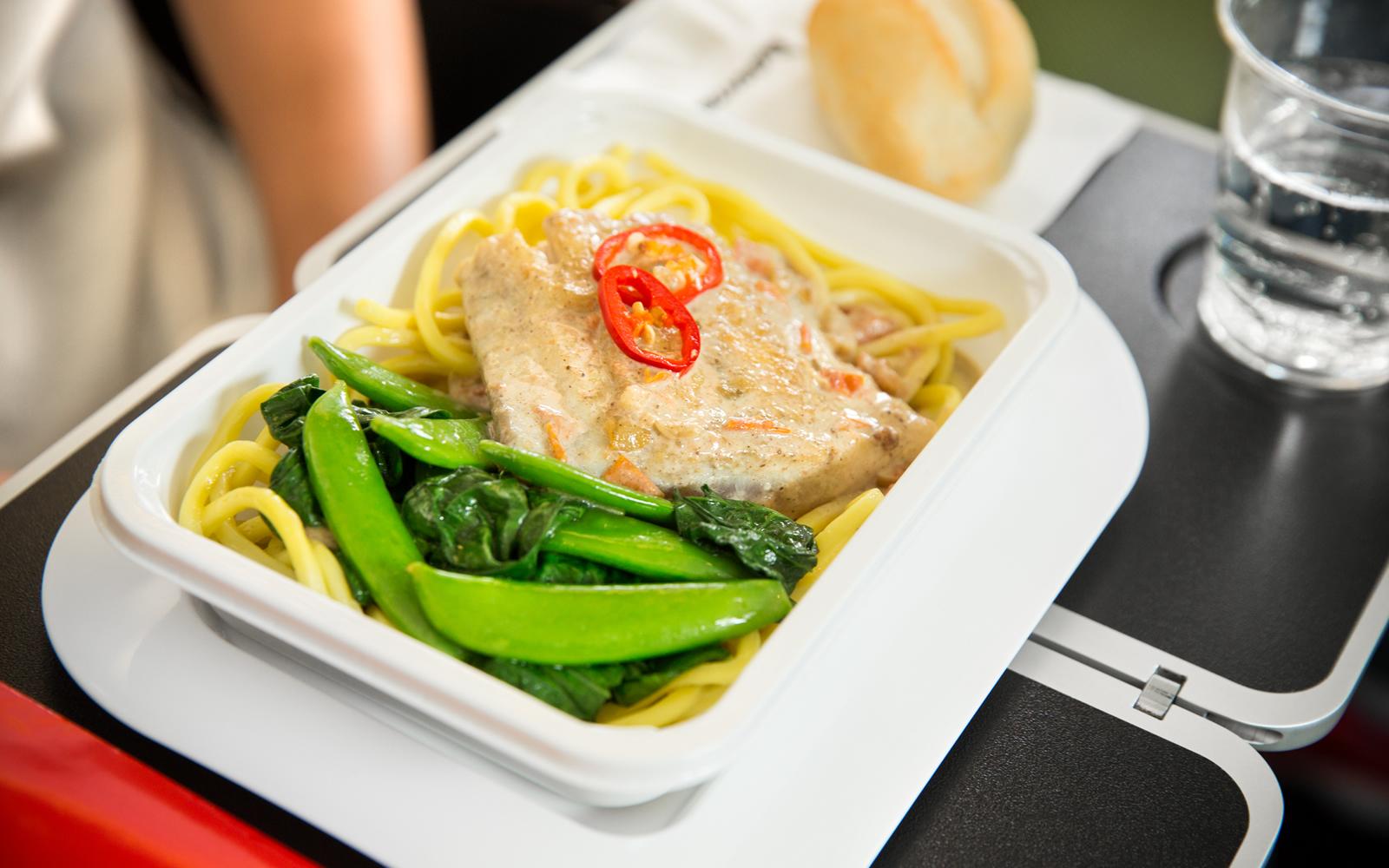 カンタス航空 国際線エコノミークラスの機内食「路線の特色を生かしたメニュー」の一例