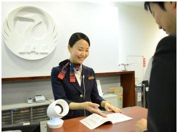 JAL、顧客サービス分野で初の接客トライアル開始、耳に付けない会話支援機器で