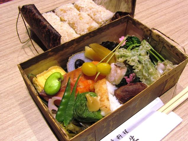 山幸プランはコース料理。試食では一部を竹の皮の容器に詰めて提供