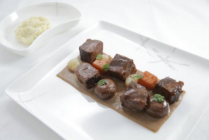 CXの香港発パリ行き2月メニュー「牛肉-頬とショートリブの赤ワイン煮」