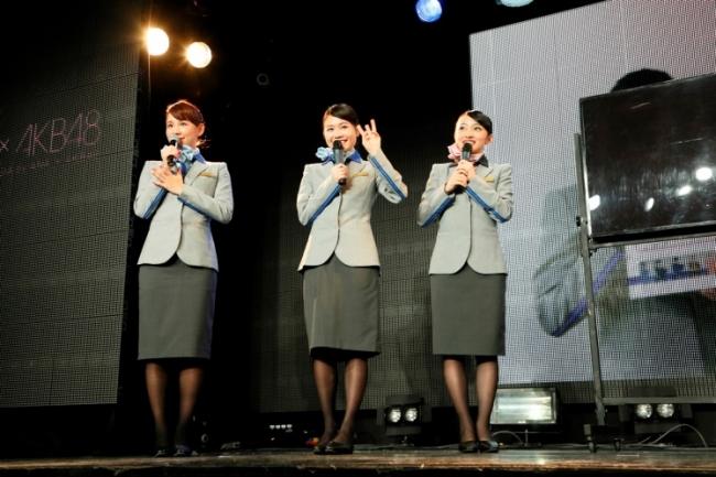 ANA×AKB48、刷新した客室乗務員の制服で登場、共同プロジェクトのイベントで