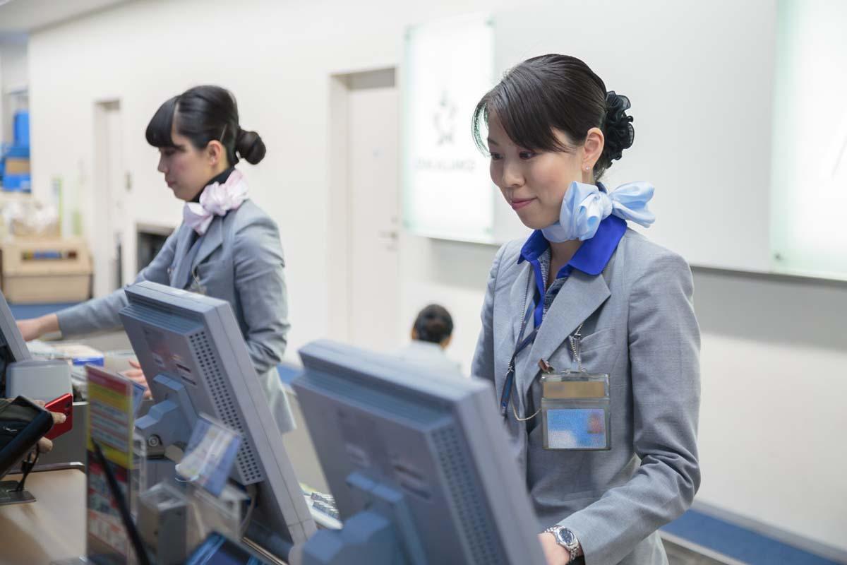新制服の着用で空港カウンターも華やかに