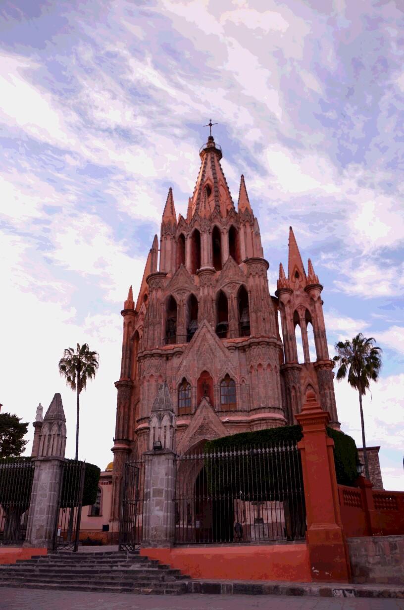 町のシンボル、ピンク色のサンミゲル教区教会