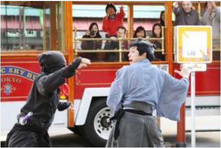 日本人と外国人旅行者が一緒に楽しむ浅草エンタメ観光バスツアー、サムライと忍者の捕り物を非言語で -JTB