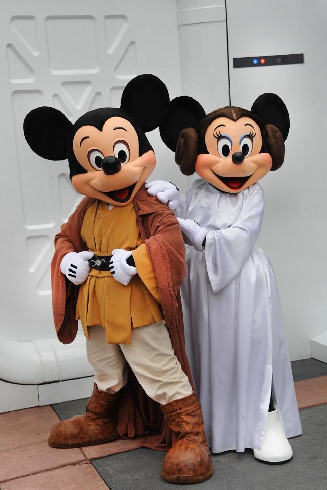 米ディズニーワールド、期間限定で24時間営業、ミッキーが映画「スター・ウォーズ」ジェダイの衣装で登場も