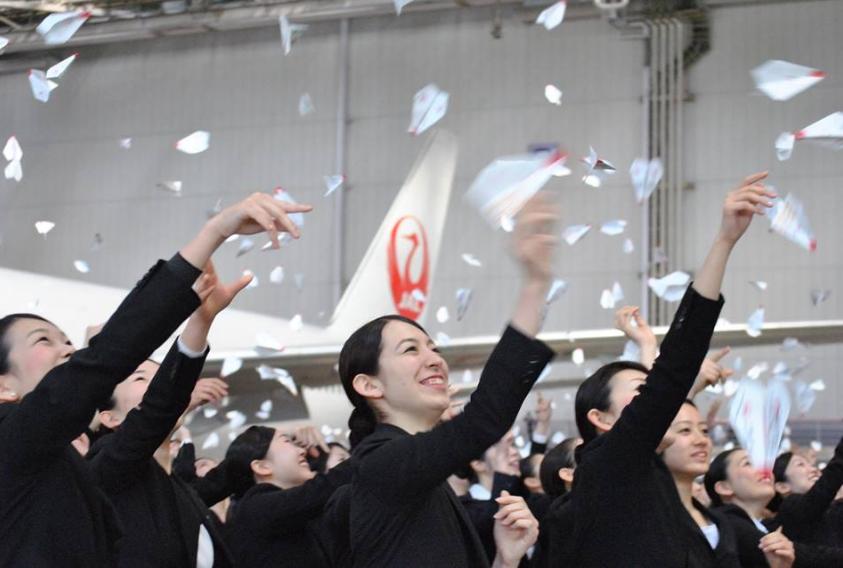 JAL入社式2015、新入社員831名を迎え、「紙ヒコーキ」セレモニーも