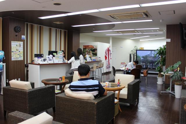 那覇国際通りの本店2階に設けられたツーリストラウンジでは涼をとる外国人観光客の姿も。