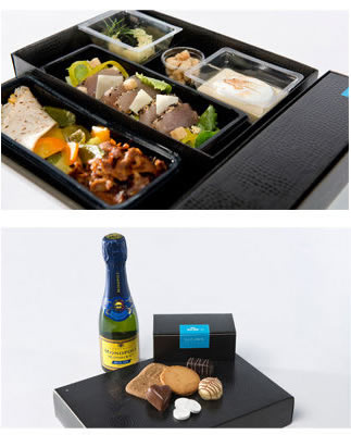 KLMのシャンパン・デライト。前菜は、ニシンのキャビアとポム・ツァリーヌ(サワークリームとチャイブを添えたふわふわのマッシュポテト)