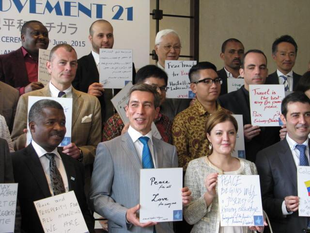 大使らが自筆で平和のメッセージを。