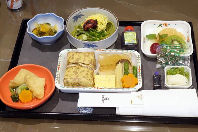 成田発の和食機内食。茶そばのめんつゆにもみりんは使っていない