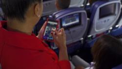 デルタ航空、機内の業務用タブレットに搭乗者情報の新機能追加、客室乗務員のサービス向上へ