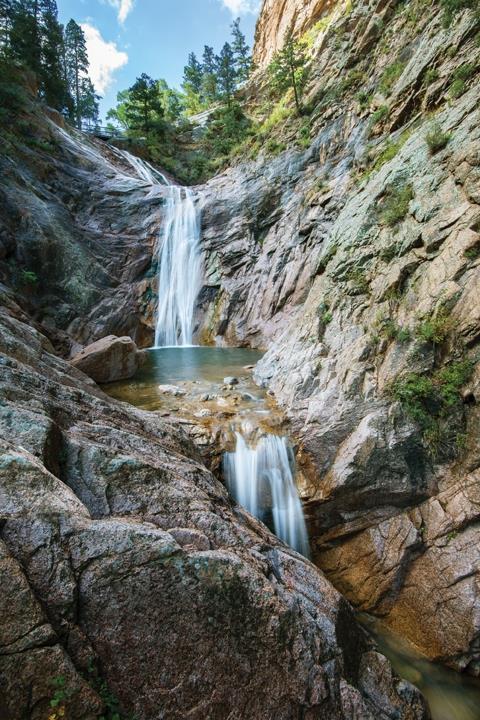 米コロラド州の高級ホテル「ザ・ブロードモア」に巨大な滝がオープン、頂上からのハイキングコースも