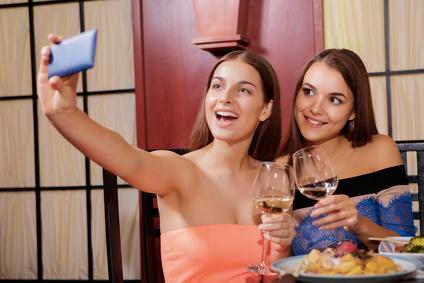 若者が写真・動画を投稿する理由、女性は「センスがあると思ってほしい」、男性は「驚いてもらいたい」