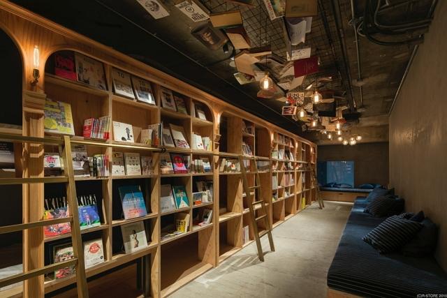 東京・池袋に「泊まれる本屋」開業、本棚に囲まれたベッドに1泊3500円から ―アールストア