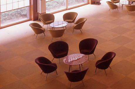 「梅の花のテーブルと椅子」オークラ ホテルズ & リゾーツ 報道資料より