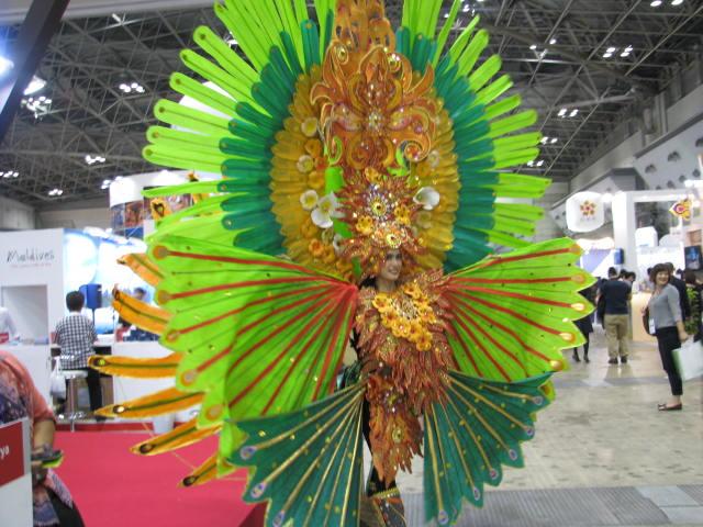 インドネシアの祭衣装を身にまとう女性。華やかさと異国情緒に人が集まった。