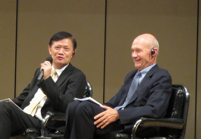 UNWTO理事でアジア太平洋部長のスー・ジン氏(左)とシンポジウムに再登壇したパスカル・ラミー氏(右)