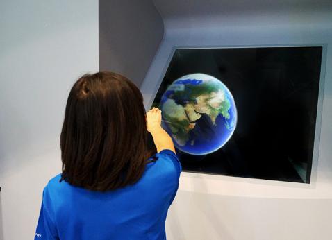 JTB店舗に体感型デジタルサイネージ導入、「空中ディスプレイ」で旅行イメージ喚起へ