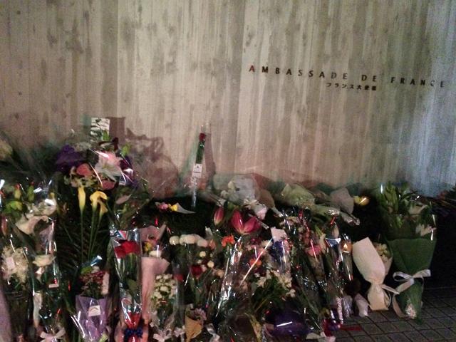 世界中が悲しみにくれた2015年11月のフランス・パリ同時多発テロ事件 港区南麻布の在日フランス大使館前には、たくさんの供花とともに手をあわせる人の姿も