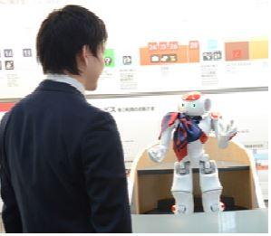ロボットが空港内アナウンスでおもてなし、羽田空港で旅客との対話からスタッフ連携まで実証実験へ ーJALとNRI