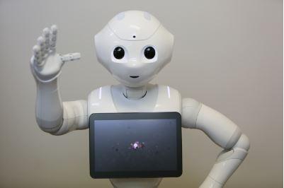 春節期間はロボットが観光客をおもてなし、小田急が新宿駅にPepper導入、通訳サービスの媒介も