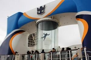 船上でスカイダイビングを疑似体験できる設備も