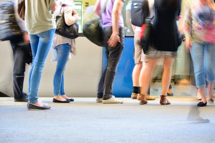 博多駅で外国人旅行者向け映像・音声ガイドサービスの実証実験、外国人専用パス申し込み支援や緊急情報告知など