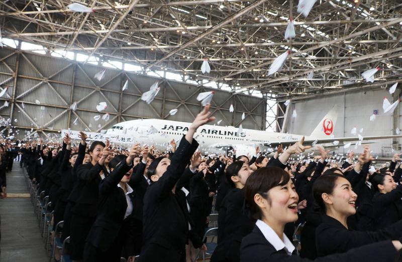 JAL入社式2016、新年度の新入社員は1450名、恒例の「紙ヒコーキ」セレモニーも