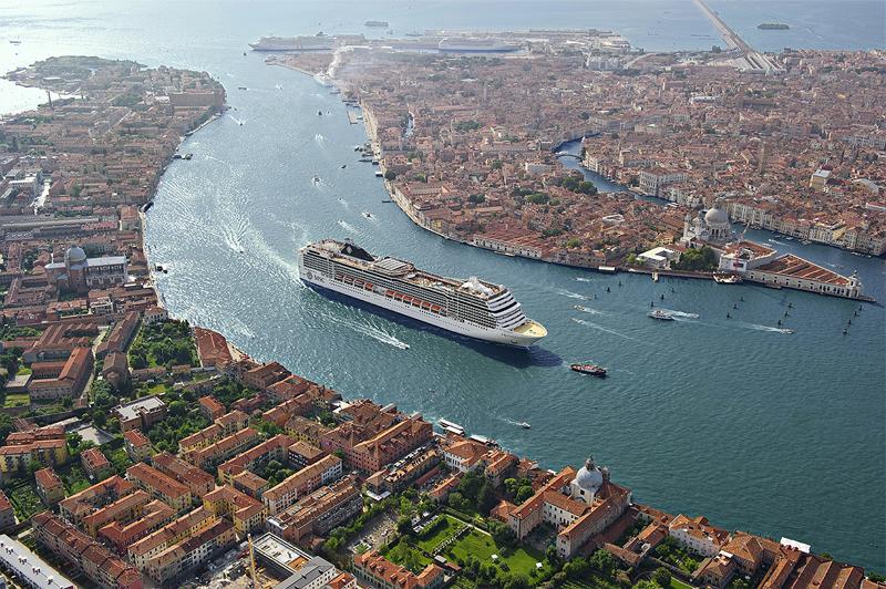 ベニスをクルージングする豪華客船「MSCマニフィカ」