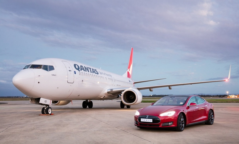 【動画】カンタス航空と高級電気自動車テスラはどちらが速いのか? 加速度テストで技術革新をアピール