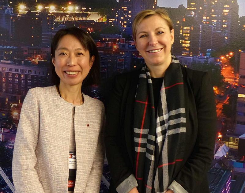 ルゴー氏とカナダ観光局日本地区代表の半藤将代氏(左)