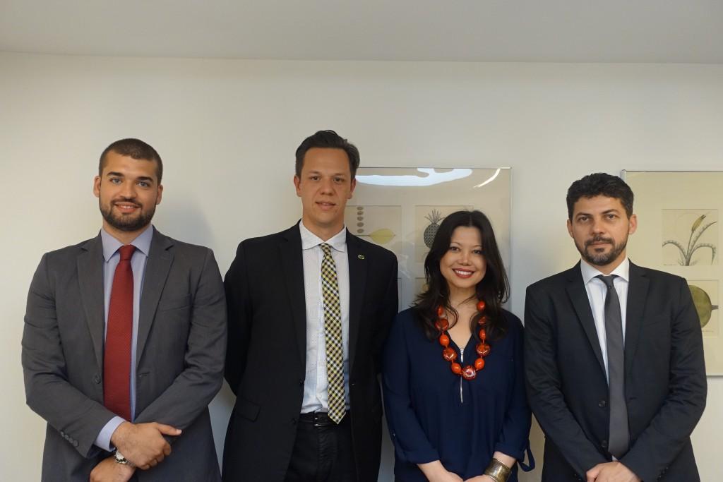 ブラジル観光公社国際市場開発マネージャーのブルーノ・ジョヴァンニ・ドス・ヘイス氏(左から2人目)