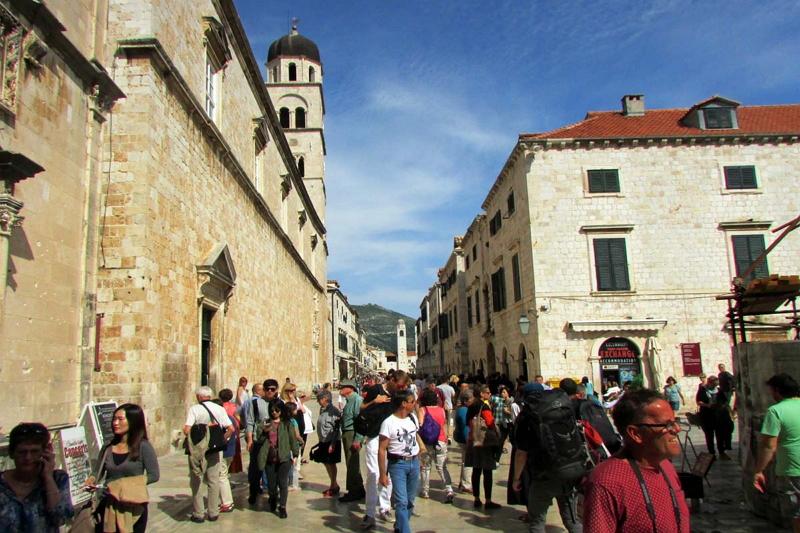 各国からの観光客であふれるドゥブロヴニク旧市街の目抜き通り