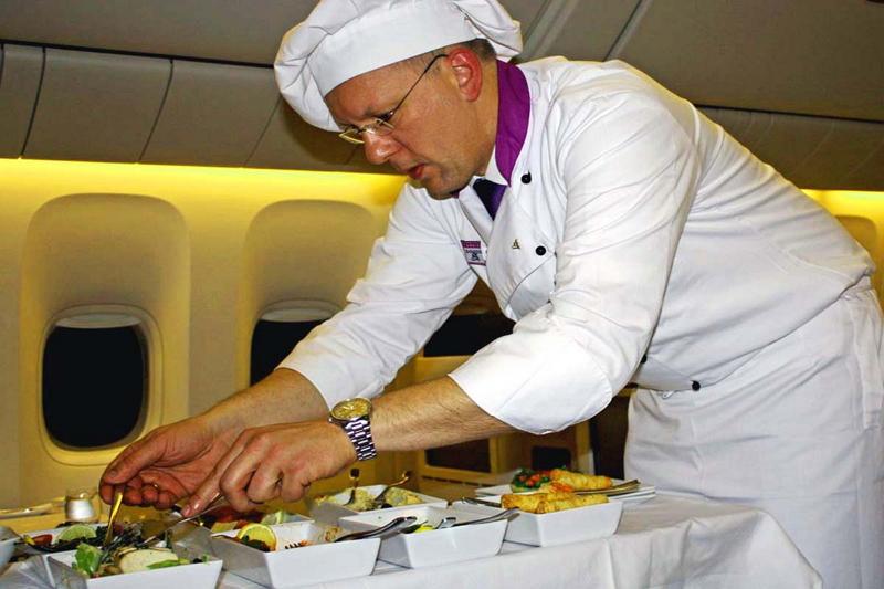 プロのシェフがフライトに同乗して食事の盛りつけなどを行う、ターキッシュエアラインズ自慢の「フライングシェフ」サービス