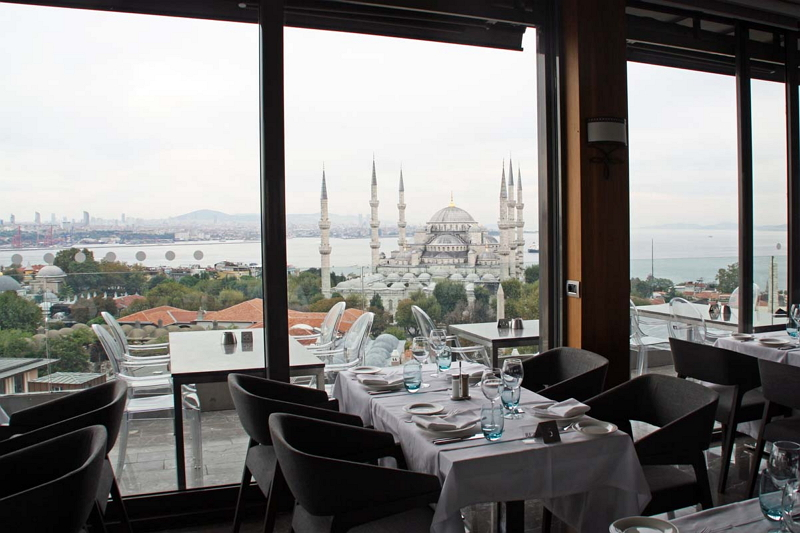 トルコの首都イスタンブールもブルーモスクをはじめ数多くの観光名所があり、旅行者が絶えない
