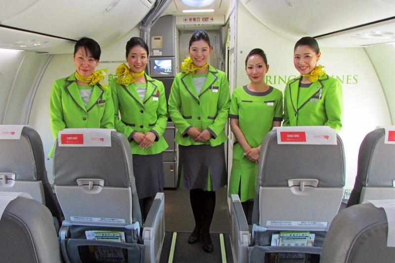 国際線キャビンの担当は5名。左から木村泰子さん、小川奈津江さん、木村恵さん、楊佳辰さん、渡辺夢子さん