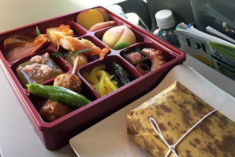 機内販売ではシートポケットに入っている「BSTRO SPRING」で食事メニューが選べるほか、予約注文できる和食弁当もある(写真は「桜弁当」)