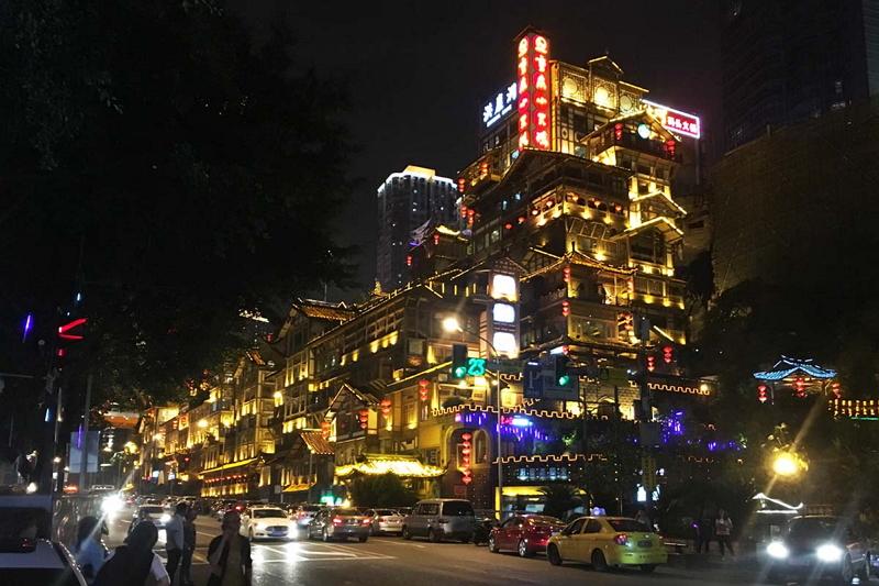 ライトアップされた洪崖洞(ホンヤートン)。歴史的建築物を再現した重慶の商業施設