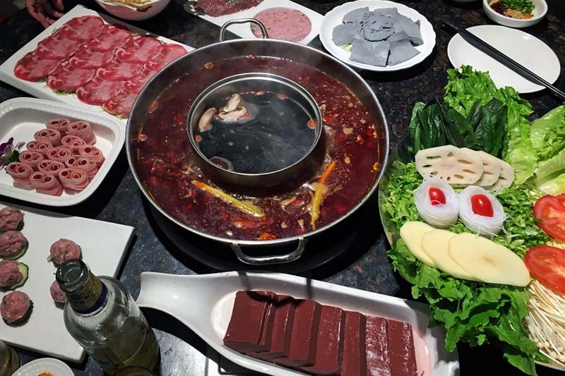 重慶では街のあちこちに「火鍋」の看板を掲げた店が並ぶ。私たちは洪崖洞で本場の味を満喫した