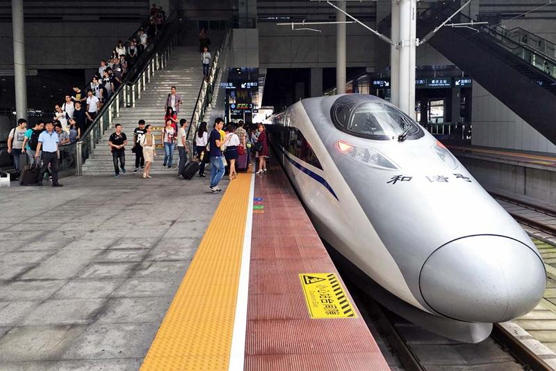 重慶から武漢へは中国の新幹線「和階号」で移動。所要時間6時間、日本のグリーン車に相当する1等車が日本円で約5,500円