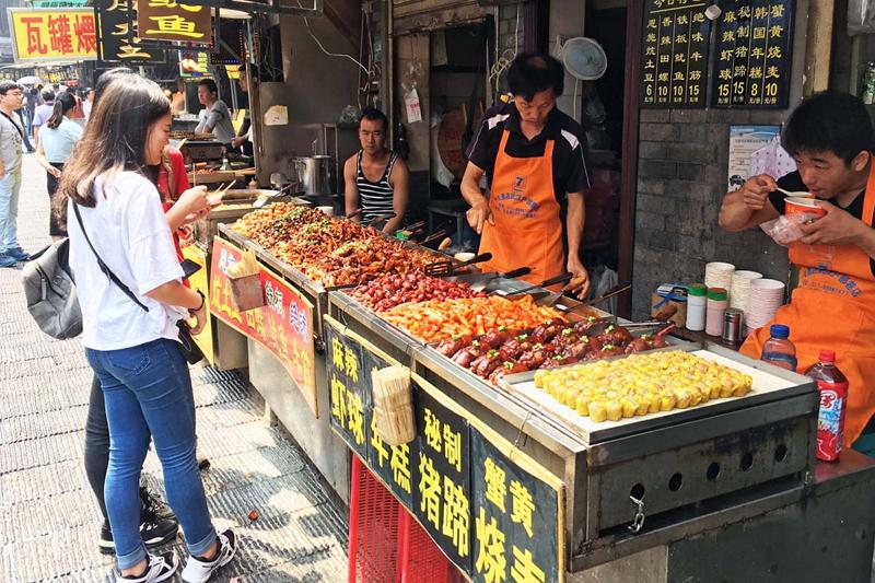 武漢では地元の人に「朝食なら戸部巷」へとアドバイスされ、多くの人で賑わう屋台街を訪ねた